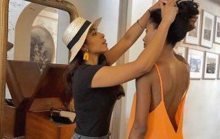 Karly Nacarid, directora creativa de Tres Alma, preparando a una modelo para el shooting.