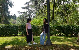 De drcha. a izq. Lorelei Esteban entrevista a la diseñadora Andrea Jiménez, creadora de la firma House of Hedra.