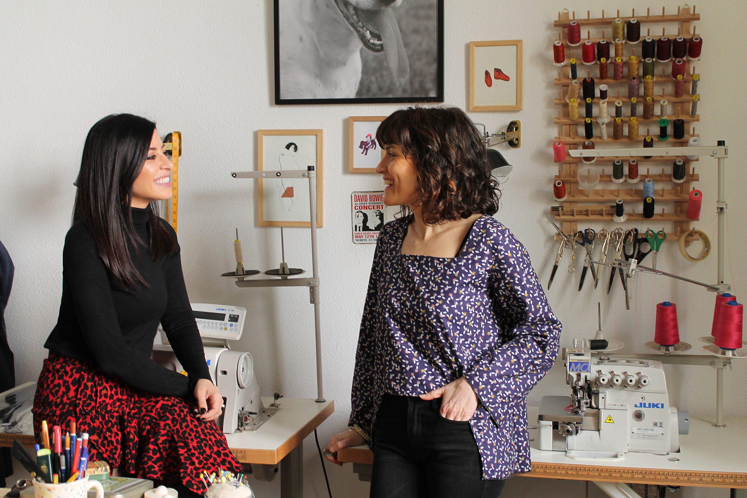 De izq. a dcha. Lorelei Esteban entrevista a la diseñadora Graciela Rodríguez en el taller de Flora Malé.